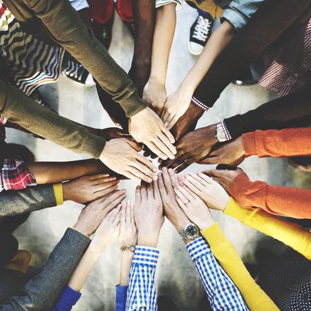 함께 개념을 결합하는 다양 한 손의 그룹