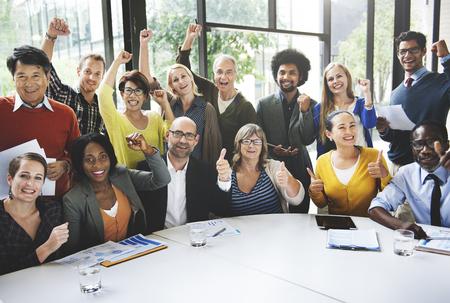 gente exitosa: Concepto de negocio de equipo Éxito Logro brazo levantado Foto de archivo