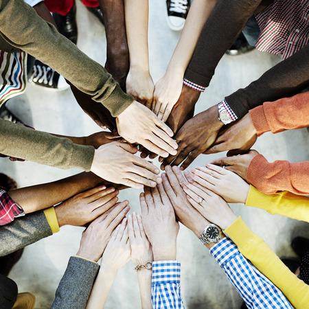 держась за руки: Группа различных руки Возьмемся Концепция