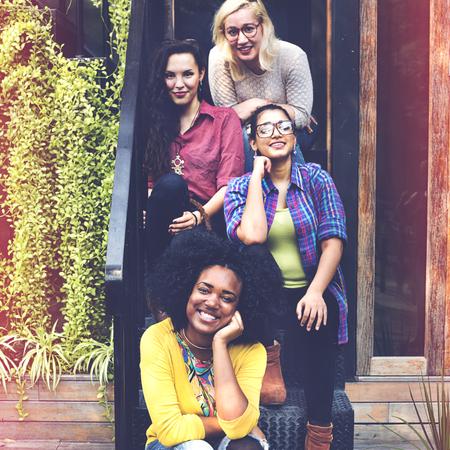 mujeres juntas: Las mujeres Amistad Felicidad Unión Concepto Trabajo en equipo Foto de archivo