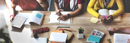 Gli studenti delle scuole superiori studiano Learning Education Concept