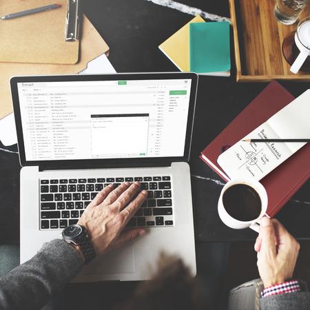 correo electronico: El hombre de negocios usando la computadora port�til de trabajo Concepto de pensamiento Foto de archivo