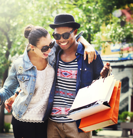 chismes: Pareja de compras al aire libre tienda Lifestyle Concept Foto de archivo