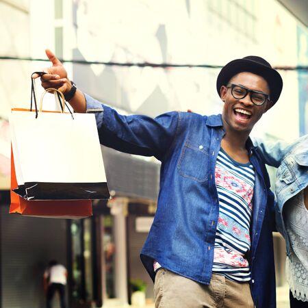 Gli uomini di acquisto equipaggiano il concetto di commercio del consumatore di felicità Archivio Fotografico - 52338388
