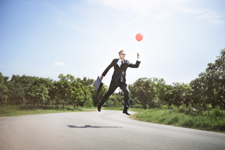 成功ビジネス上昇スタート コンセプトを飛んでいるバルーン エグゼクティブ