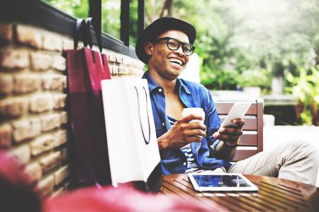 comprando: Cesta de hombre de los hombres de la felicidad del Consumidor Comercio Concepto Foto de archivo