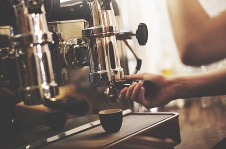 camarero: Cafe Barista que hace el caf� Concepto Preparaci�n Servicio