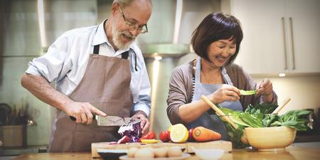 pareja saludable: Familia que cocina los alimentos unión concepto Foto de archivo