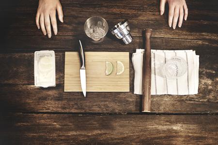 lemonade: Camarero limonada cooktail Haciendo Preparación Concept