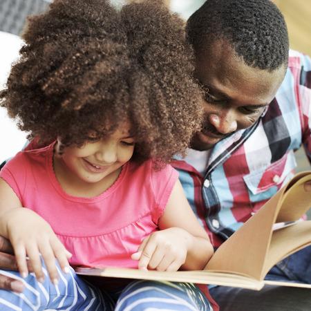 ni�os leyendo: Relax Familia Felicidad Alegre Concepto de vacaciones