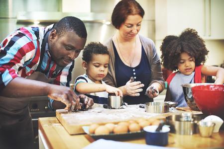 niños cocinando: Familia que cocina los alimentos unión concepto Foto de archivo