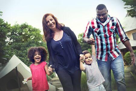 manos entrelazadas: Actividad familiar de vacaciones Uni�n Concepto del lazo