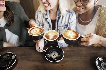 amigos hablando: Amigos de las mujeres placer de un café tiempos Concept