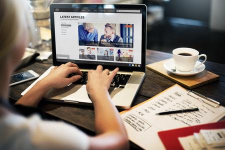 puesto de trabajo: Lastest Concepto del aviso del artículo Página Web Publicidad