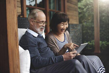 grandfather: Pareja Felicidad Adulto Riendo concepto de vacaciones Foto de archivo