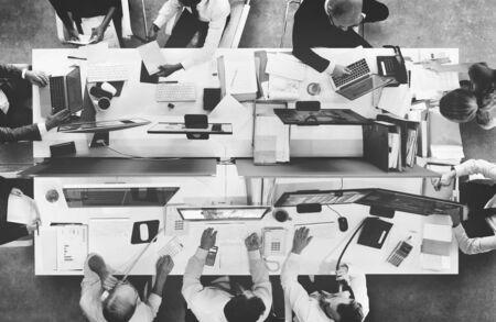 Geschäftsleute, die Diskussions-Arbeitsbüro-Konzept treffen Standard-Bild