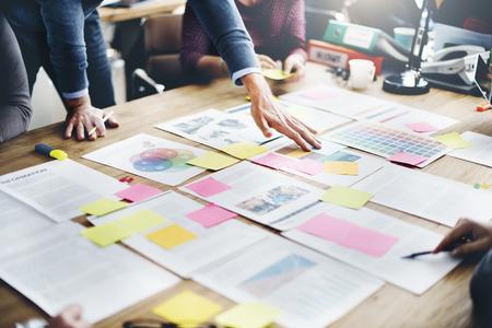 개념: 비즈니스 사람들이 회의 디자인 아이디어 개념