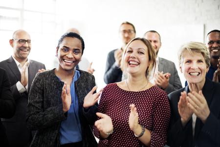 aplaudiendo: Logro gente de negocios que aplauden