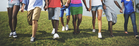 カジュアルな人が歩いて屋外コンセプトをグループ化します。