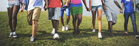 그룹 캐주얼 사람들이 함께 걷기 야외 컨셉