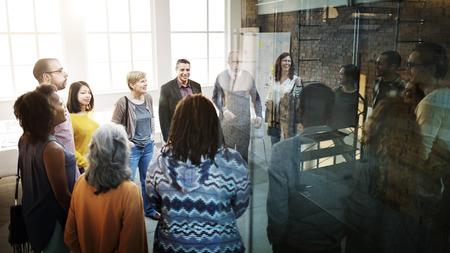 empleados trabajando: Organización del Equipo de negocios Concepto Reunión de Reflexión