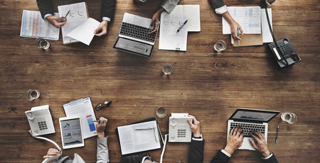 reunion de trabajo: La gente de negocios análisis de estadísticas Estructura financiera Foto de archivo