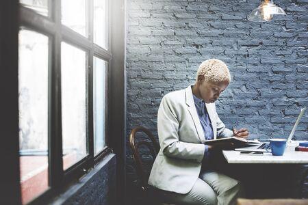 persona escribiendo: Empresaria de pensamiento Concepto portátil Planificación Estrategia de Trabajo