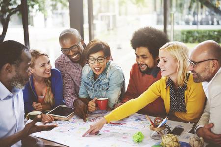trabajo en equipo: El trabajo en equipo concepto de conexión de la gente Reunión de Comunicación Social