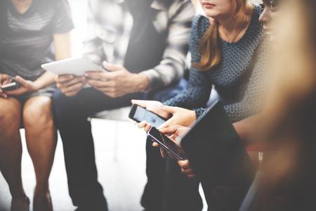 通信: ビジネス チーム デジタル デバイス技術の概念を接続します。