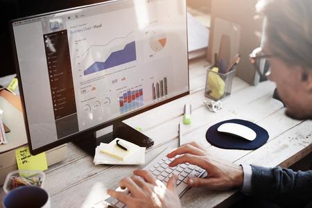 ESTADISTICAS: El hombre de negocios de trabajo del tablero de instrumentos Concepto de Investigación de Estrategia