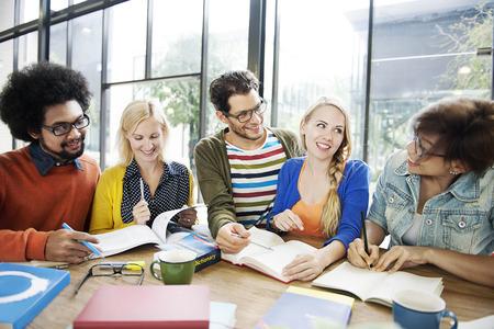 Gli studenti che studiano l'apprendimento brainstorming concetto di squadra