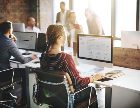 hombres trabajando: Finanzas informe de estadísticas de Empresarias concepto de oficina