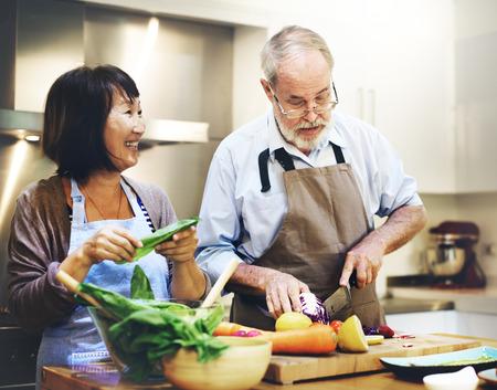 personas saludables: Familia que cocina los alimentos uni�n concepto Foto de archivo