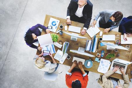 oficina desordenada: Grupo de hombres de negocios de trabajo en el concepto de oficina