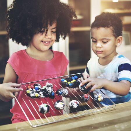 famille africaine: Activité Frère Soeur Enfant Sibling Kids Learning Concept