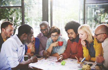 trabajo en equipo: El trabajo en equipo concepto de conexi�n de la gente Reuni�n de Comunicaci�n Social