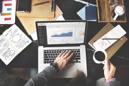 Diagramma di affari Lavorare Computer portatile Analisi del concetto di Internet Archivio Fotografico