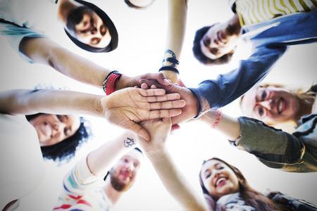 manos juntas: Equipo manos juntas Trabajo en equipo Participación Concepto Foto de archivo