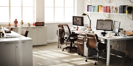 oficina desordenada: Habitación contemporánea del lugar de trabajo de oficina Concepto