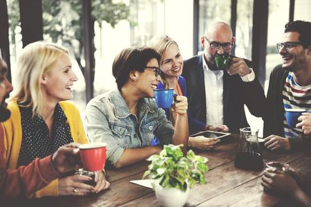 Leute Treffen Freundschaft Zusammenhalt Café-Konzept Standard-Bild