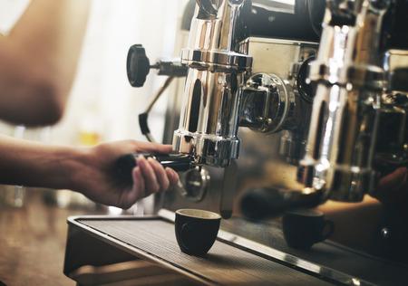 maquina vapor: Cafe Barista que hace el café Concepto Preparación Servicio
