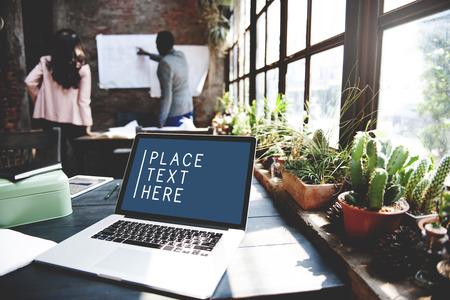trabajando en casa: Ordenador portátil Concepto Espacio de Trabajo de Tecnología Comercial de copia