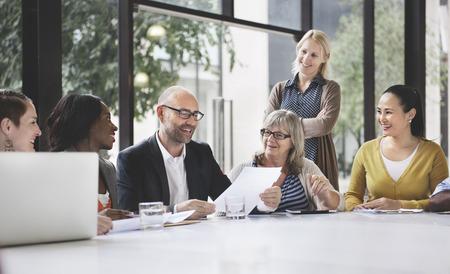 comunidad: Grupo de hombres de negocios Discusión de Oficina Concepto Foto de archivo