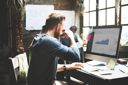 trabajando en computadora: Plan de negocio informe de estadísticas de Concepto del análisis de Palnning Foto de archivo