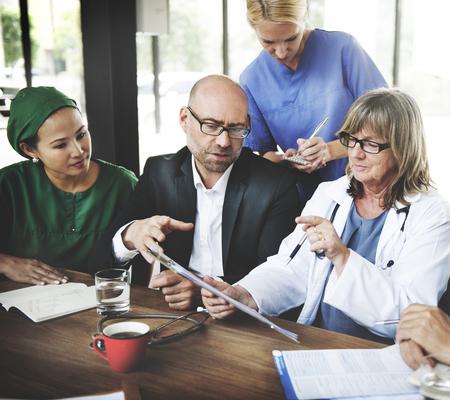 the doctor: Trabajo en equipo m�dico Reuni�n concepto del cuidado m�dico Diagn�stico