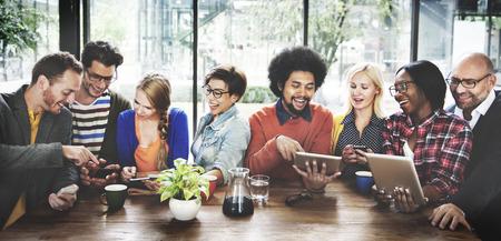 conclusion: La gente a comunicaciones de Tecnología tableta digital concepto