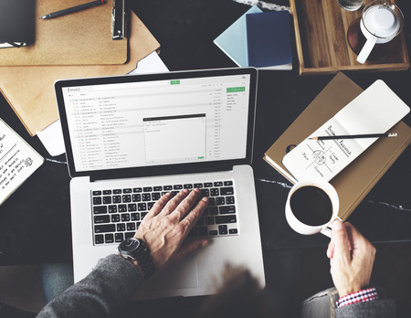 correo electronico: El hombre de negocios usando la computadora portátil de trabajo Concepto de pensamiento Foto de archivo