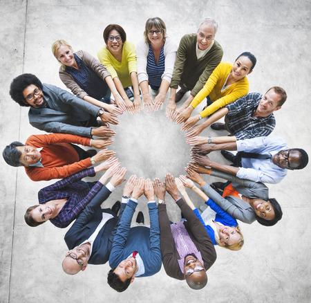 manos juntas: Multiétnico Grupo diverso círculo de la gente Variación Concepto