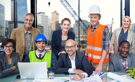 oficina desordenada: Arquitecto Concepto Construcci�n del sombrero duro Ocupaci�n Trabajo en equipo