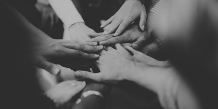 trabajo en equipo: El trabajo en equipo equipo de unir sus manos concepto de asociaci�n